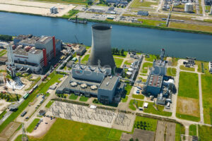 The Moerdijk Power Plant consists of two production units, combined heat and power plant (CHP) Moerdijk I and combined cycle gas turbine (CCGT) Moerdijk II. CCGT is used to describe a steam and gas turbine unit. This is an ultramodern unit, with a capacity of 426 megawatts and an efficiency of 58 percent. ©  18 juli 2016  Marco van Middelkoop/Aerophoto-Schiphol
